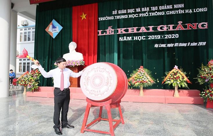 Phó Bí thư Thường trực Tỉnh ủy, Chủ tịch HĐND tỉnh Nguyễn Xuân Ký dự lễ khai giảng tại Trường THPT Chuyên Hạ Long